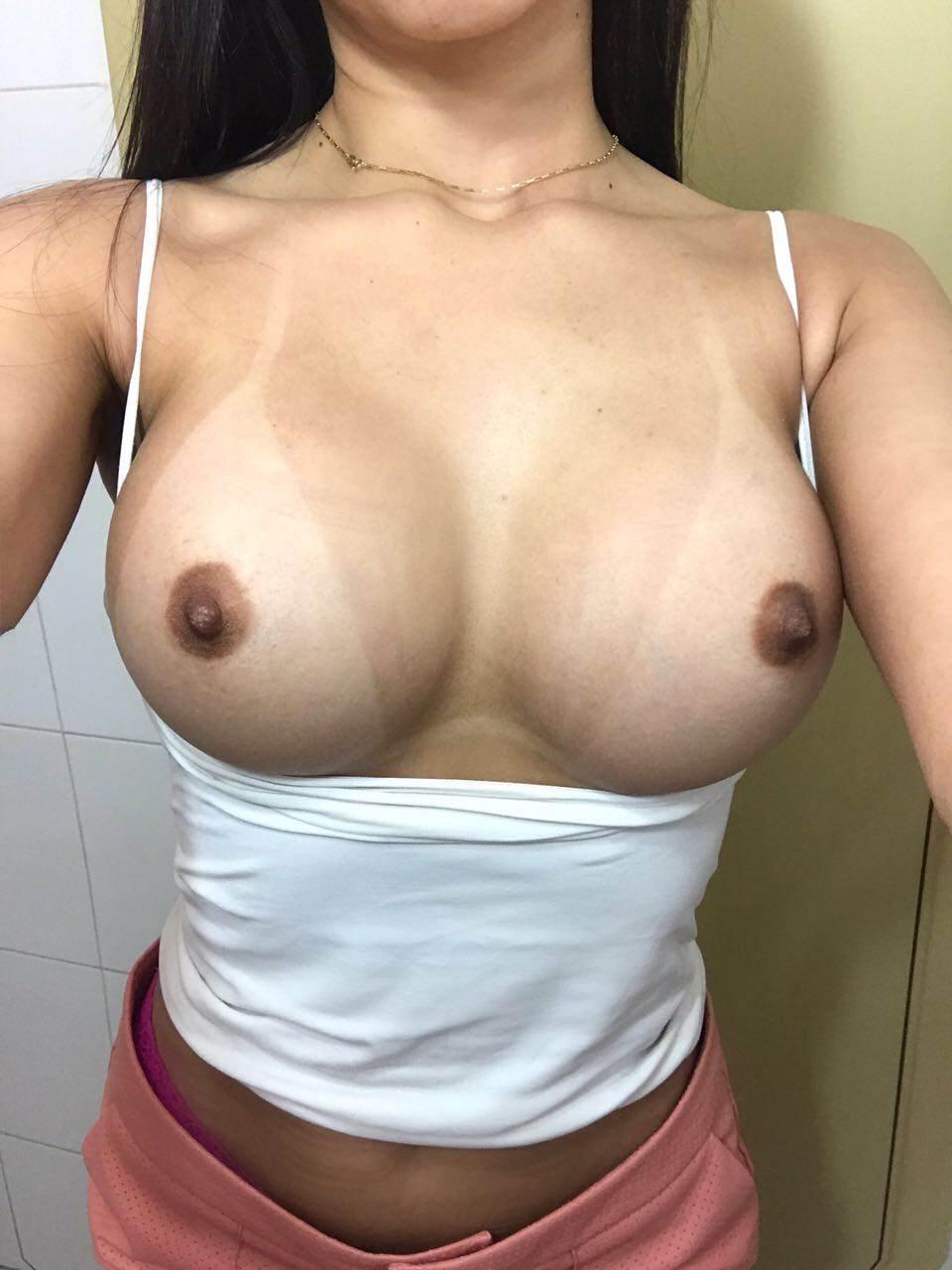 Mulher nua gostosa mostra seu cu e belos peitos